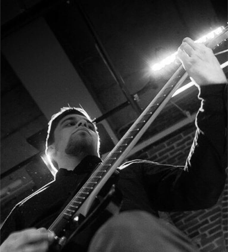 Преподаватель игры на гитаре и электрогитаре Артем Кунев
